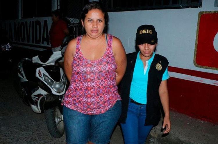 Una de las mujeres capturada en allanamientos contra la trata de personas. (Foto Prensa Libre: Whitmer Barrera).