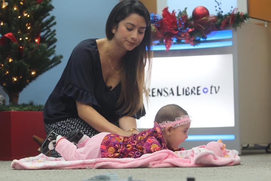 Karin López, psicóloga de Gymboree, le da un masaje corporal a Aisha para relajarla.