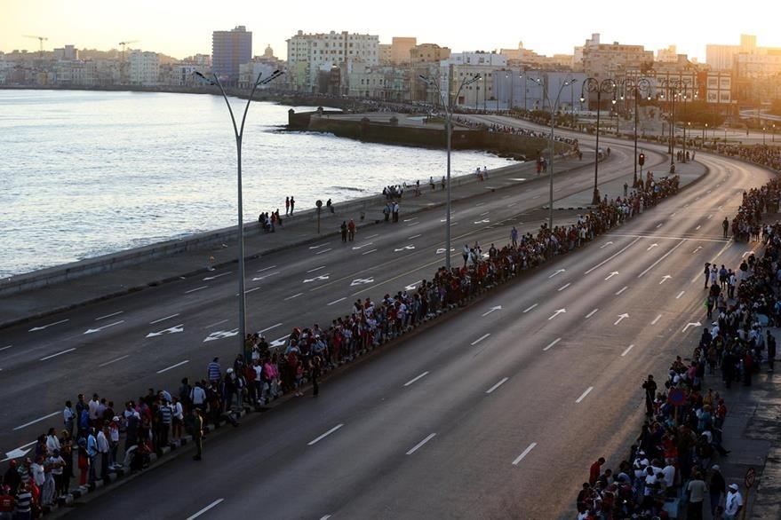 Miles de ciudadanos cubanos esperan el paso de la urna con las cenizas del fallecido líder de la revolución cubana, Fidel Castro. (Foto Prensa Libre: EFE).