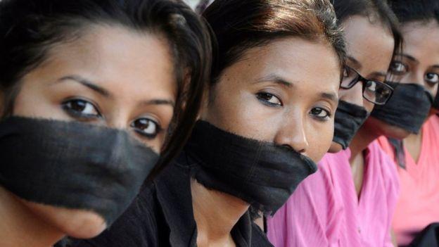 Miembros de una asociación de fotoperiodistas protestan por la violación de una colega, ocurrida en Bombay, en 2013. REUTERS