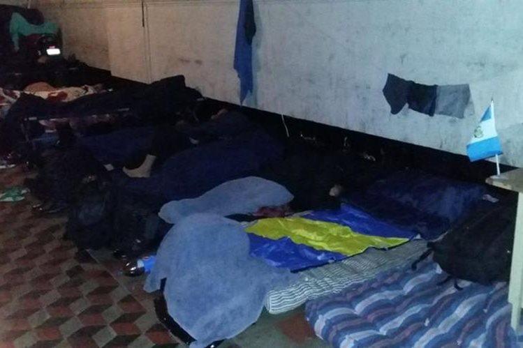 PDH constató que agentes de la PNC no tienen un lugar apropiado para dormir. (Foto Prensa Libre: PDH)