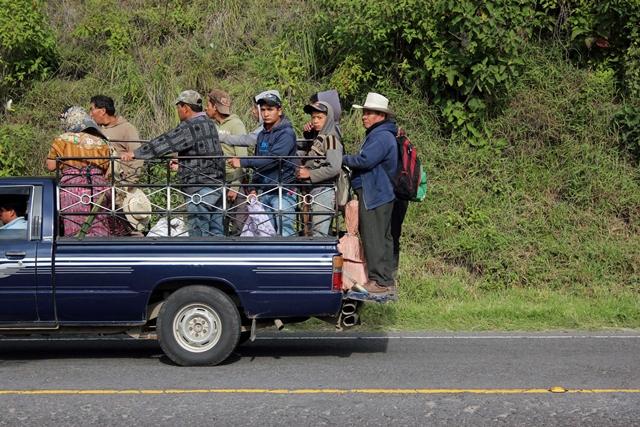 Los usuarios exigen el control de picops que trasladan pasajeros en lugares no adecuados y aumentan el riesgo. (Foto Prensa Libre: Carlos Ventura).