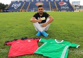 El delantero César Morales posa con las camisolas de Xelajú MC y México en el estadio Mario Camposeco. (Foto Prensa Libre: Raul Juárez).