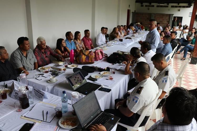 Vecinos de Jalapa se reunieron con jefes policiales.(Foto Prensa Libre: Hugo Oliva)