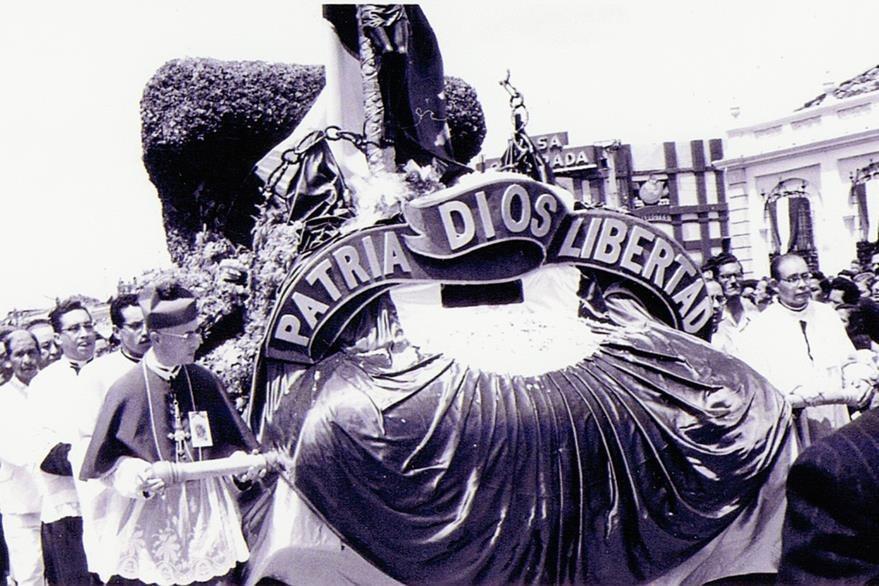 Monseñor Rossell encabeza la carroza del Cristo Negro, el 3 de julio de 1954. (Foto: Internet)