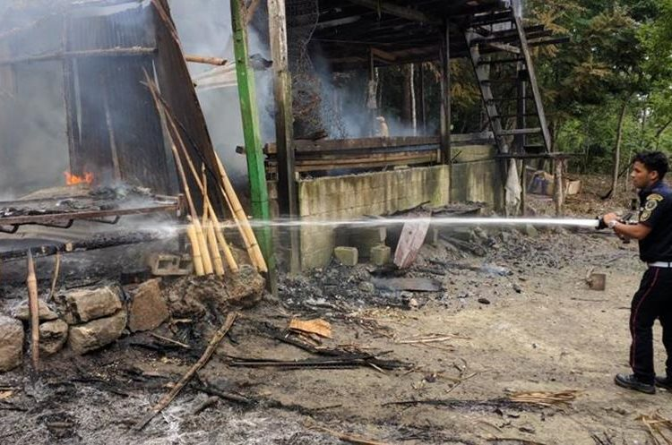 Un socorrista intenta sofocar las llamas. (Foto Prensa Libre: Rigoberto Escobar)