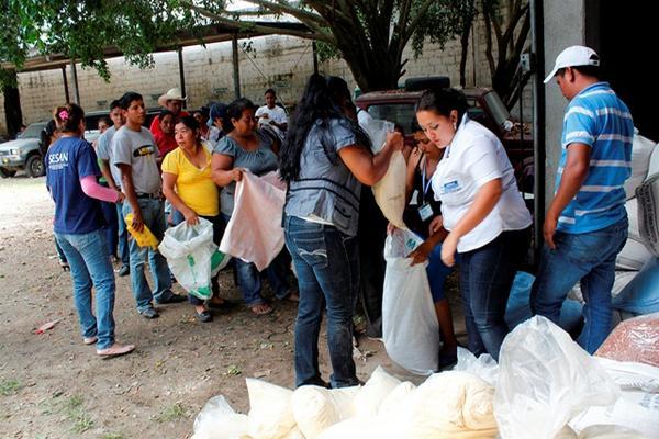 """<p>Los alimentos fueron entregados por personal de la Secretaría de Seguridad Alimentaria y Nutricional y del Ministerio de Agricultura. (Foto Prensa Libre: Carlos Grave)<br></p><p><br _mce_bogus=""""1""""></p>"""