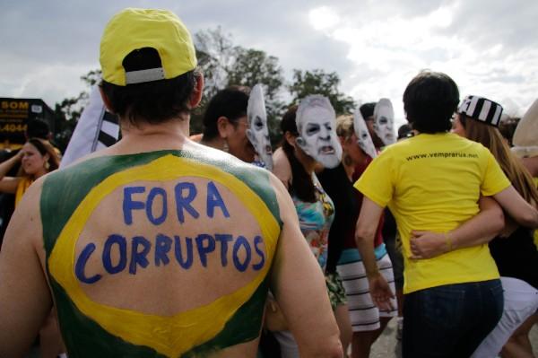Opositores de Rousseff participan en el carnaval