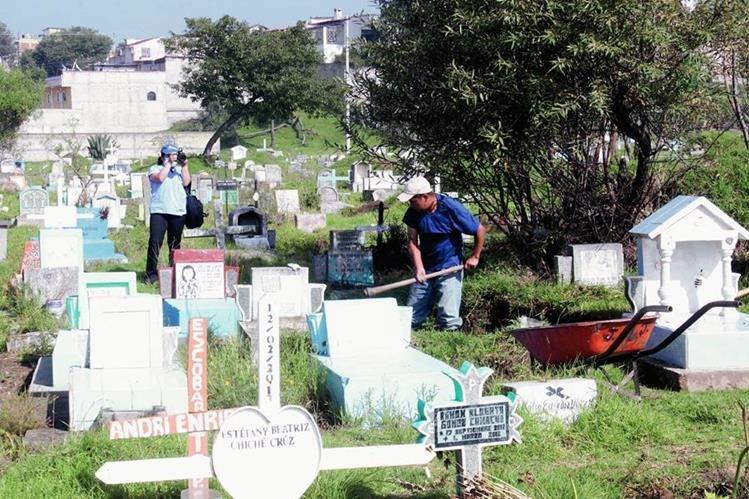 Personal del cementerio general de Quetzaltenango sepulta el cadáver de la mujer que no identificado. (Foto Prensa Libre: Carlos Ventura)