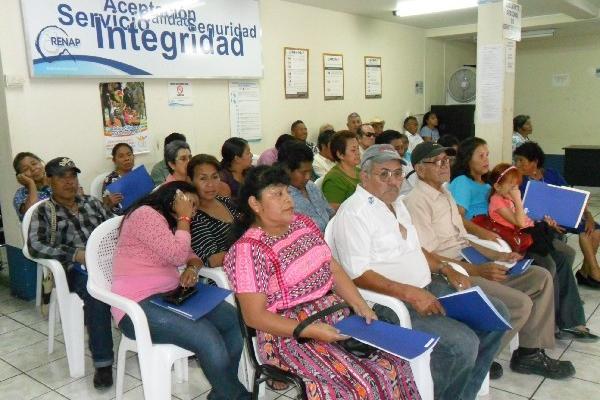 Personas mayores de 40 años  tramitan su DPI en Panajachel, Sololá.