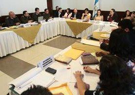 La Comisión de la Juventud escucha a personeros del Ejército y el Instituto Adolfo V. Hall. (Foto Prensa Libre: Álvaro Interiano)