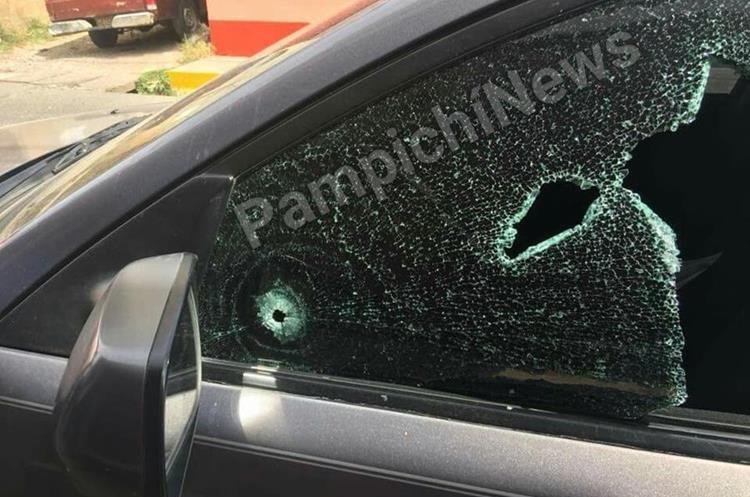 Al menos dos disparos hicieron los delincuentes para obligar a ocupantes a abrirles la puerta. (Foto Prensa Libre: Pampichi News)