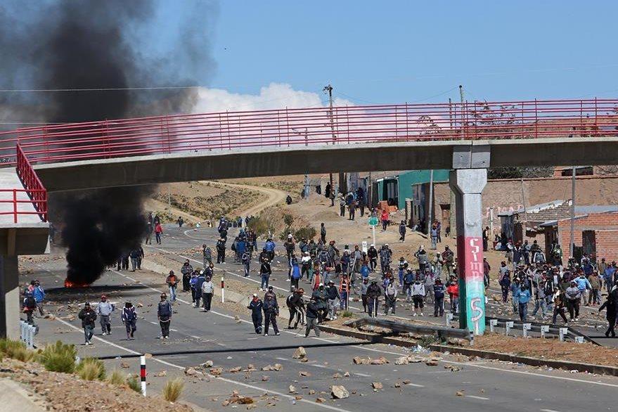 Mineros bolivianos se enfrentan con la Policía el jueves. (Foto Prensa Libre: EFE).