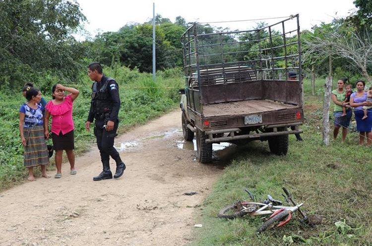 El vehículo arrolló al menor unos 10 metros, según pobladores. (Foto Prensa Libre: Rigoberto Escobar)
