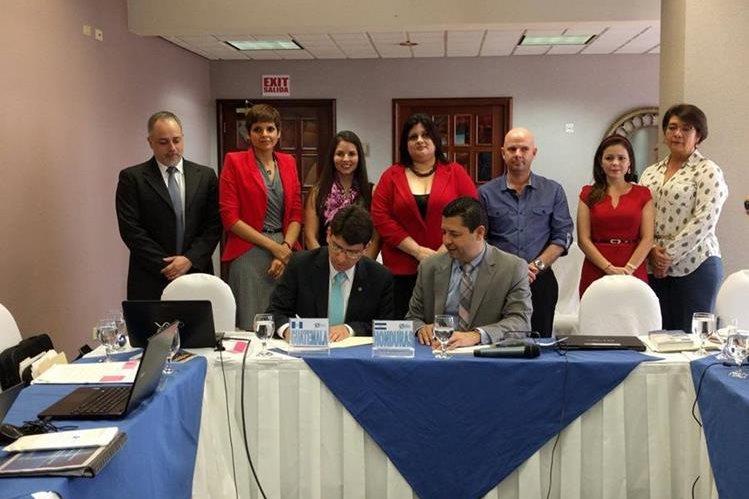 El ministro de Economía Rubén Morales firmó por parte de Guatemala, junto a autoridades de Honduras, las resoluciones acerca de la Unión Aduanera (Foto, Prensa Libre: @LibertadG3)