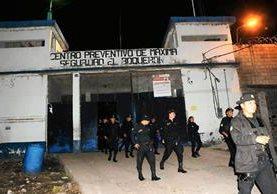Autoridades efectuaron una requisa en la cárcel El Boquerón, Cuilapa, Santa Rosa, luego de fuga de cinco reos de la Granja Penal Canada, en Escuintla. (Foto Prensa Libre: Oswaldo Cardona)
