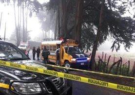 Microbús atacado a balazos en Santiago Sacatepéquez permanece acordonado por la PNC. (Foto Prensa Libre: PMT de San Lucas Sacatepéquez)