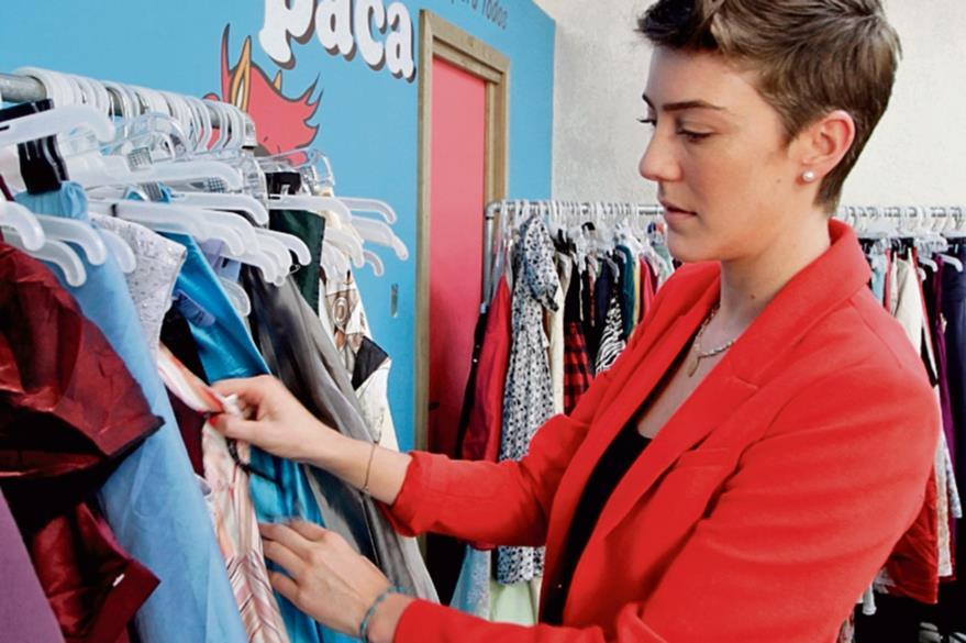 paca paca es uno de los negocios más recientes en el mundo de las pacas de ropa. Su propietaria es Clara Irving, en la foto .