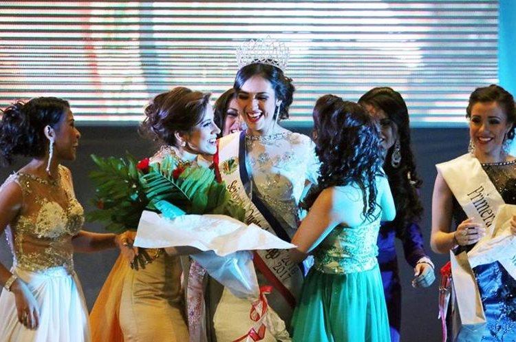 Participantes de certamen felicitan a ganadora.
