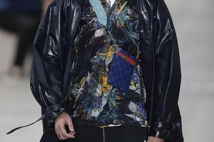 Un modelo desfila con una creación del diseñador Kim Jones para Luis Vuitton para la colección masculina Primavera/Verano 2017 (Foto Prensa Libre:EFE)