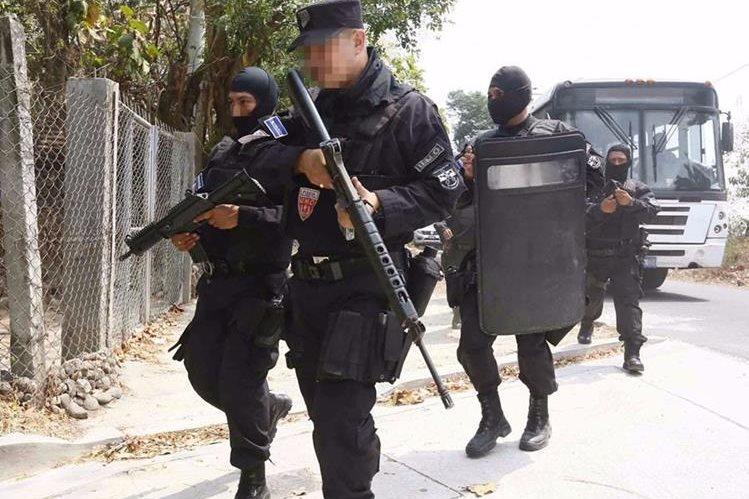 Policías salvadoreños se enfrentan a pandilleros. (Foto Prensa Libre cortesía: La Prensa Gráfica).