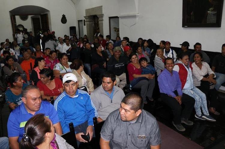 Un grupo de empleados abarrotó el salón mayor de la Municipalidad de Antigua Guatemala para presenciar sesión del Concejo. Foto Prensa Libre: Julio Sicán)