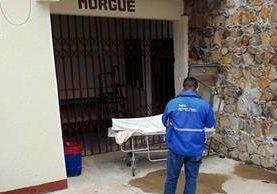 Cuerpo de  Edwin Román es llevado a morgue de Jalapa. (Foto Prensa Libre: Hugo Oliva)