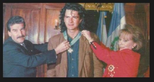 Ricardo Arjona recibe la máxima condecoración presidencial de manos del presidente Ramiro de León Carpio y la primera dama Mayra Duque de De León. (Foto: Hemeroteca PL)