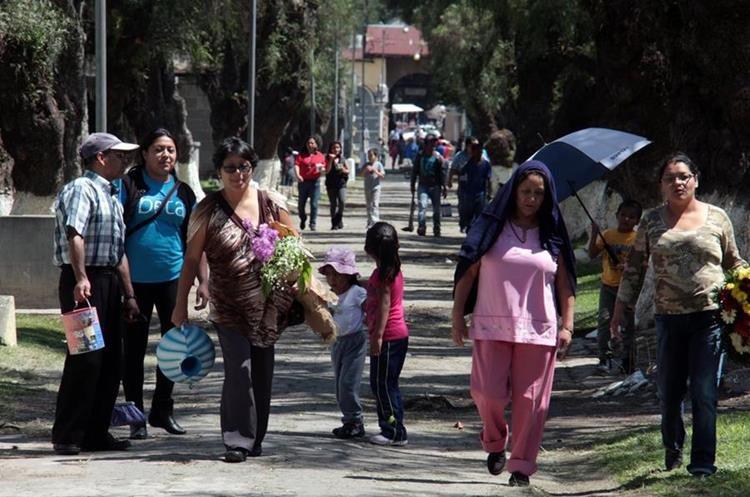 Quetzaltecos asisten al cementerio general, previo a la conmemoración de los días de Todos los Santos y de los Fieles Difuntos. (Foto Prensa Libre: Carlos Ventura)