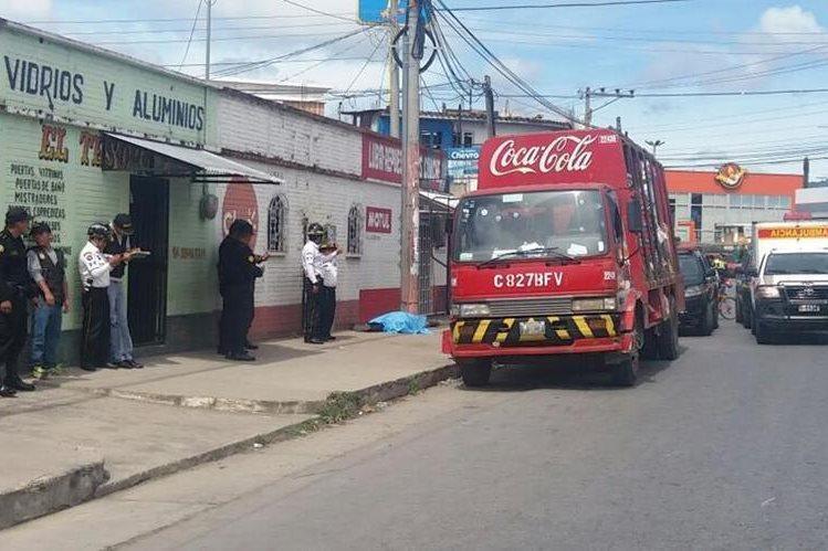 Agentes policiales recaban evidencias en el área urbana de la cabecera de Chimaltenango, donde murió baleado un guardia de seguridad. (Foto Prensa Libre: Víctor Chamalé)