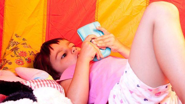 Los dispositivos móviles han hecho que buena parte de la población infantil sea sedentaria. (Foto, Getty Images)