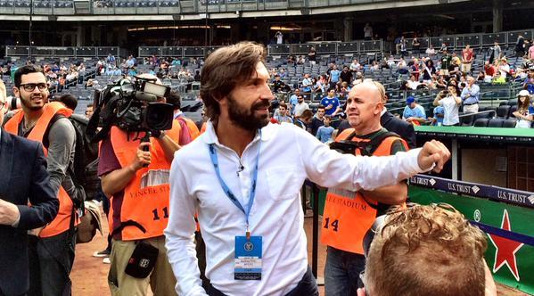 Andrea Pirlo saluda a los aficionados en el Yanqui Stadium. (Foto Prensa Libre: Twitter MLS)