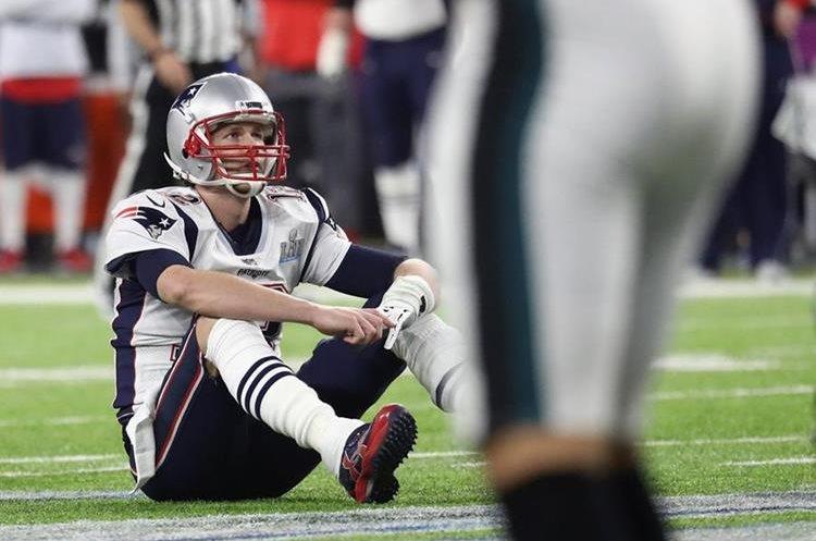 Tom Brady, de los Patriots de New England, se lamenta al final del partido. (Foto Prensa Libre: AFP)