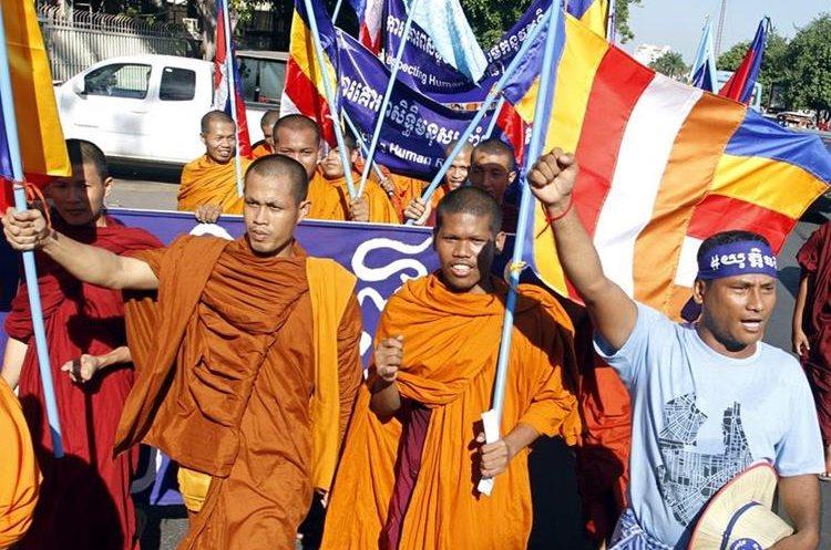 RUN01 PHNOM PENH (CAMBOYA) 10/12/2015.- Monjes budistas gritan consignas durante una marcha celebrada con motivo del Día de los Derechos Humanos en Phnom Penh (Camboya) hoy, 10 de diciembre de 2015. EFE/Khem Sovannara