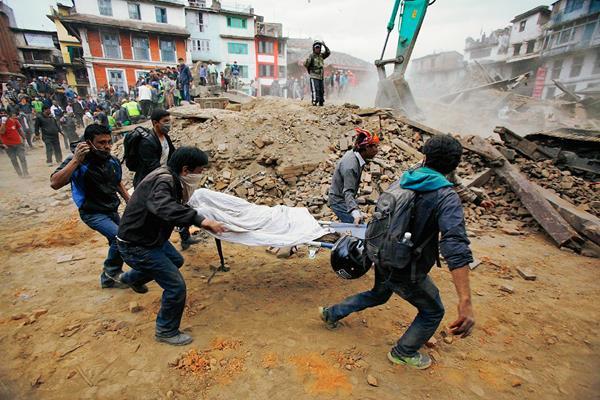 Voluntarios ayudan en el rescate de víctimas del terremoto en Nepal, que dejó mil 400 muertos.