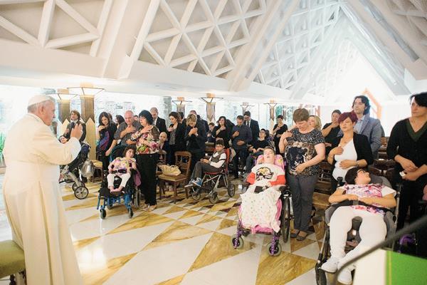 Un grupo de niños con discapacidad, se reunieron con el papa Francisco en el Vaticano.(Foto Prensa Libre:AFP).