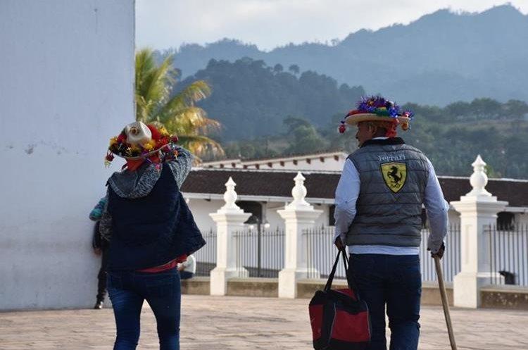 Peregrinos usan el distintivo sombrerito de Esquipulas, como señal de su visita al Cristo Negro.(Foto Prensa Libre: Mario Morales)