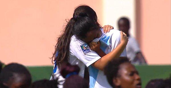 Kellin Mayen es consolada por su compañera al finalizar el encuentro frente a Haití. (Foto Prensa Libre: Cortesía Concacaf).