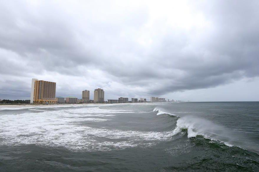 En las playas del oeste de Florida empieza a aumentar la fuerza del oleaje. (Foto Prensa Libre: AP).