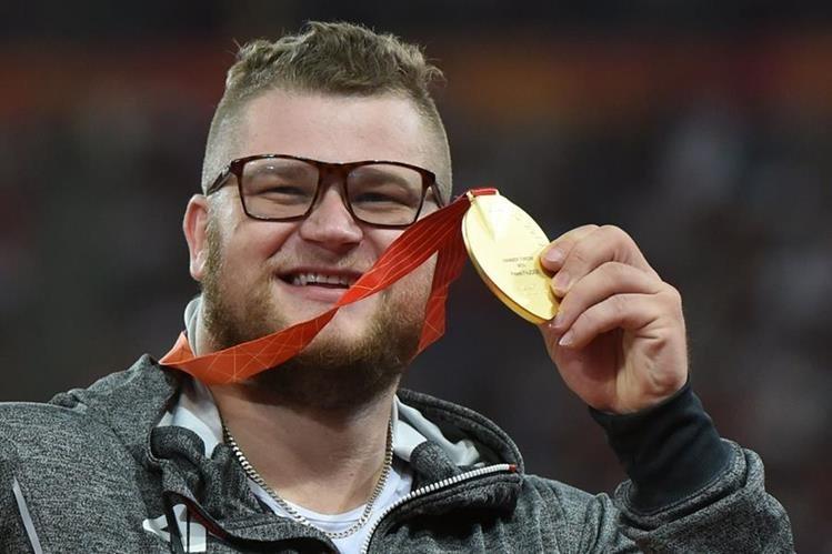 Pawel Fajdek muestra con orgullo la medalla de oro que ganó el domingo recién pasado. (Foto Prensa Libre: AFP)