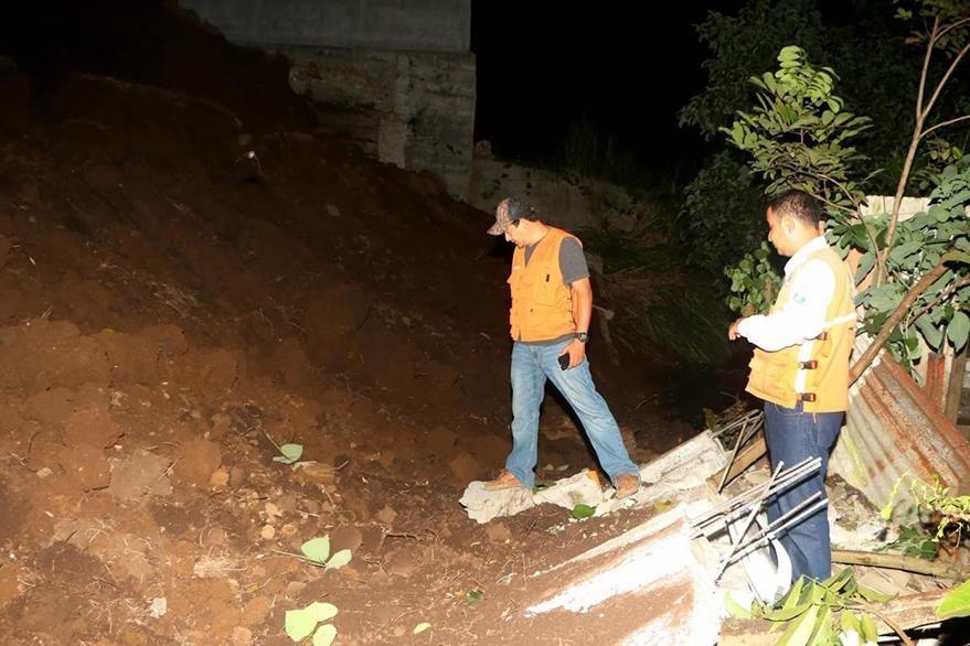 Vecinos de la zona 2 de la cabecera de Retalhuleu se encuentran en peligro por derrumbe. (Foto Prensa Libre: Rolando Miranda)