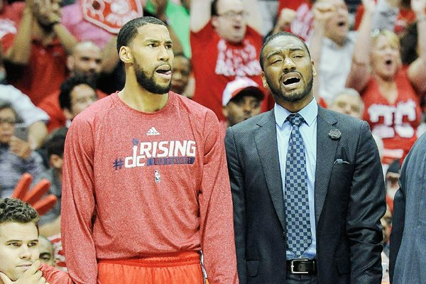 John Wall —derecha— y Rasual Butler de Wizards, observan las acciones ante Hawks durante la serie semifinal de la Conferencia Este de la NBA. (Foto Prensa Libre: EFE)