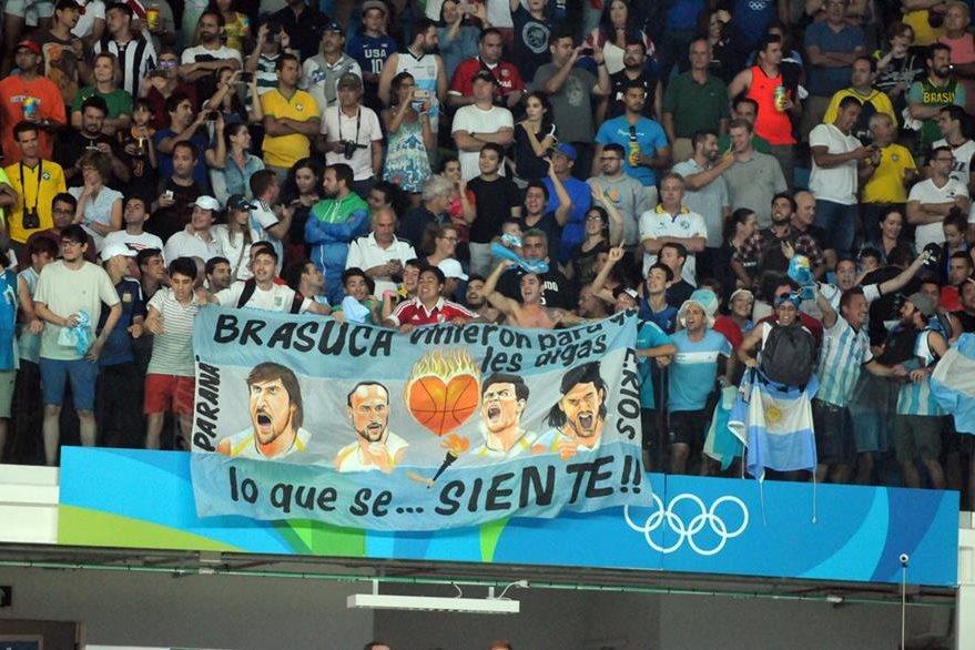 Los aficionados dieron un espectáculo aparte en el juego entre Estados Unidos y Argentina, en el baloncesto olímpico. (Foto Prensa Libre: Jeniffer Gómez)
