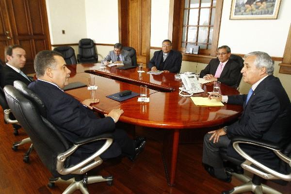 JORGE DE León Duque, Estuardo Gálvez —Izq.—, Óscar Julio Vian y Jorge Morales  —Der.— hablan con  el presidente Otto Pérez Molina, en la Casa Presidencial.