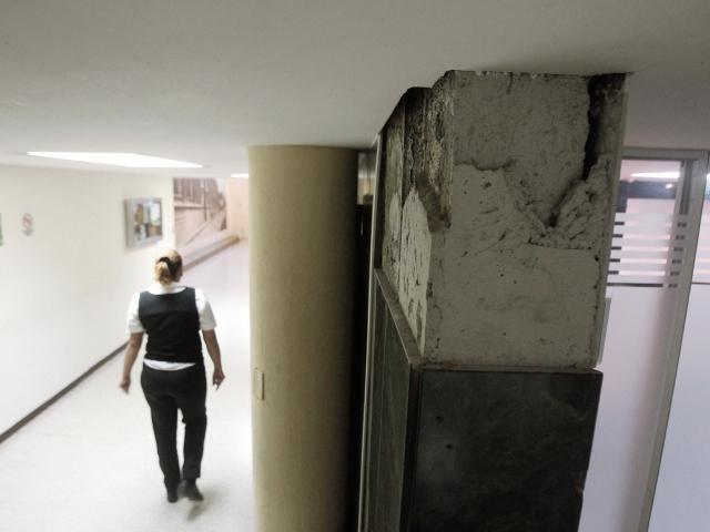 El deterioro del edificio conocido como 10-57 se evidencia en malas conexiones y estructuras.