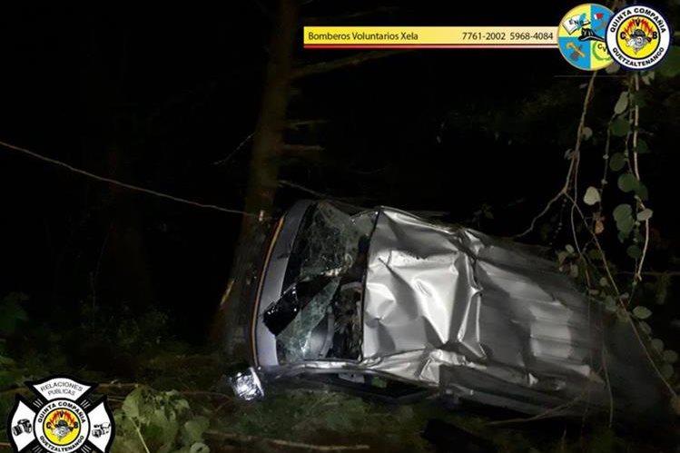 El microbús cayó a un barranco en la ruta Interamericana. (Foto Prensa Libre: Bomberos Voluntarios)
