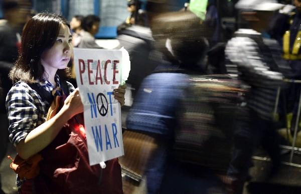 Manifestante rechaza la polémica reforma militar.