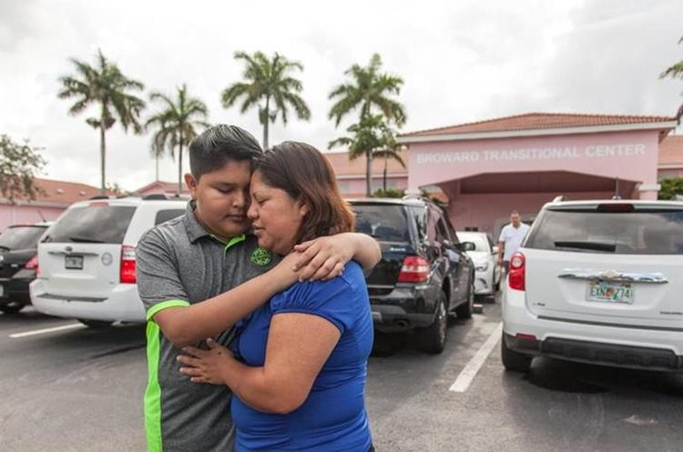 Cada domingo, Maty y Jimmy visitan a Víctor en el centro de detención de Broward, Miami. (Foto Prensa Libre: Univisión).