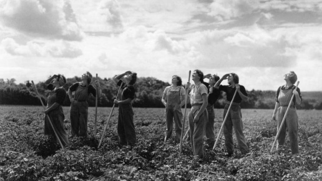 La moda femenina cambió durante la Segunda Guerra Mundial. GETTY IMAGES