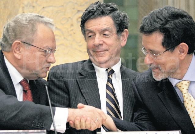Eduardo Stein saluda a Carlos Casterana al inicio de las funciones de la Cicig, observa al centro el canciller Gert Rosenthal el 12 de enero de 2008. (Foto: Hemeroteca PL)